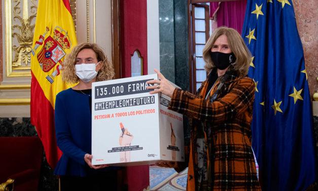 Cristina Garmendia entrega a la presidenta del Congreso 135.000 firmas de apoyo a la campaña #miempleomifuturo