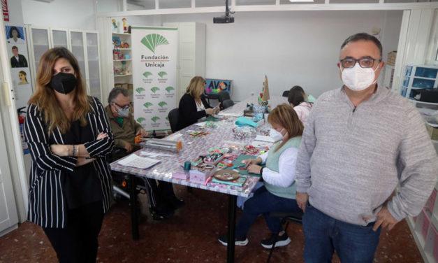 Fundación Unicaja renueva su apoyo a la labor de voluntariado hospitalario de AVOI e impulsa su tienda solidaria