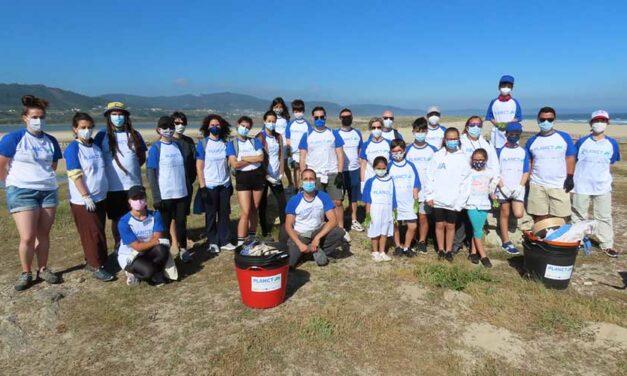 Afundación realiza una nueva limpieza de basuras marinas en las playas de Razo y Baldaio