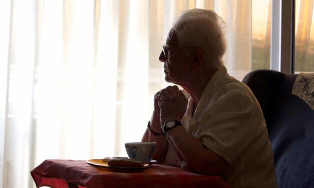 Más de la mitad de los mayores de 55 años experimentó sentimiento de soledad durante el confinamiento por covid-19